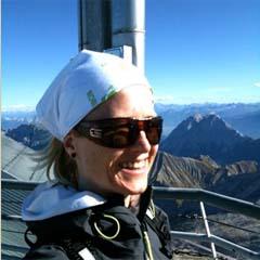 Yogareise Yoga und Bike, Yogareise nach Lermoos, Annette Böhmer genießt die Aussicht auf der Zugspitze