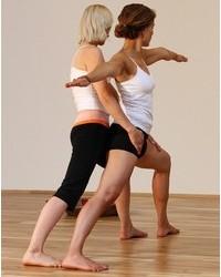 """Yoga Düsseldorf, YogaKitchen, """"Krieger 2"""" mit Annette Böhmer und Natascha Kießler"""