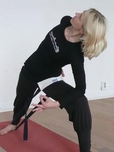 Yoga Düsseldorf, YogaKitchen, Yogalehrerin Annette Böhmer übt Rücken- und Gelenke-Yoga